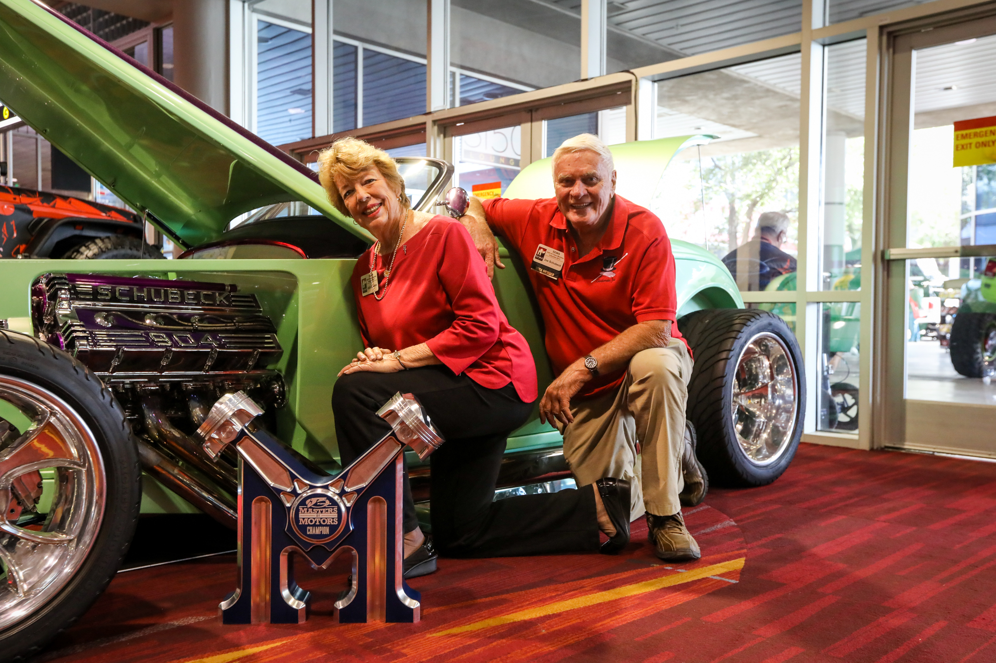 Joe Schubeck (right) with his quad-cam 904ci Hemi engine, winner of the Masters of Motors award by JE Pistons