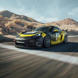 The new 718 Cayman GT4 Clubsport comes in two versions from the factory: a Trackday model for ambitious amateur racing drivers and a Competition variant for national and international motor racing. Among the new features are natural-fiber body parts.